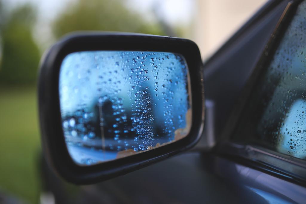 kaboompics.com_Drops on a car mirror