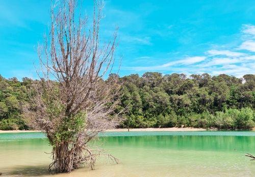 Le lac de Cécélès et ses eaux turquoises